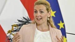Arbeitsministerin Christine Aschbacher (ÖVP) erwartet für den Herbst wieder einen Anstieg der Zahl der auf Kurzarbeit umgestellter Arbeitnehmer. (Bild: APA/HANS PUNZ)