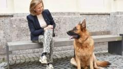 """LR Patrizia Zoller-Frischauf mit Hündin """"Flori"""": """"Verantwortung für Tier und Gesellschaft."""" (Bild: Land Tirol/Kathrein)"""