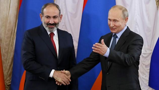Russlands Präsident Wladimir Putin sprach bereits mit dem armenischen Regierungschef und forderte die Rückkehr zum Verhandlungstisch. (Bild: APA/AFP/POOL/Yuri KOCHETKOV)