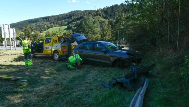 Der Pkw riss beim Abdriften eine Leitschiene mit. (Bild: Zeitungsfoto.at/Team)