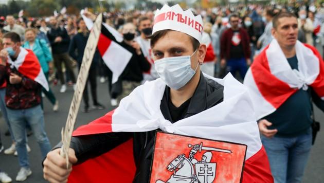 Die Demonstranten veranstalteten ihre eigene alternative Amtseinführung - nämlich die der geflohenen Oppositionskandidatin Swetlana Tichanowskaja. (Bild: AP)