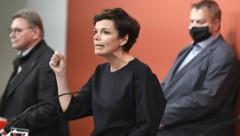SPÖ-Vorsitzende Pamela Rendi Wagner mit den Betriebsräten Erich Schwarz (MAN in Steyr) und Michael Leitner (ATB in Spielberg, rechts) (Bild: APA/Robert Jäger)