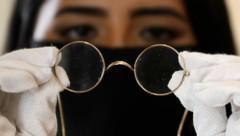 Für die Nickelbrille von John Lennon erwartet sich Sotheby's einen Erlös von bis zu 40.000 Pfund. (Bild: Associated Press)