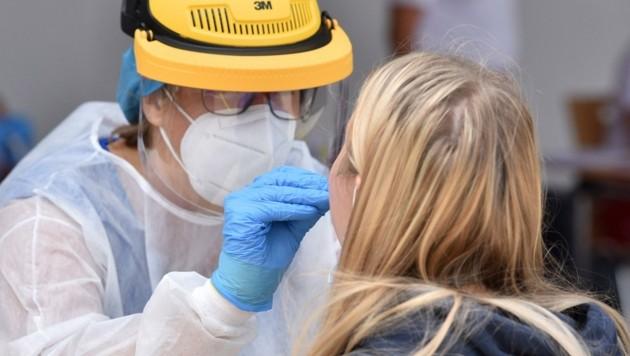 Über einen Rachenabstrich sollen die Proben entnommen und nur im Verdachtsfall ein PCR-Test zur exakten Abklärung angeordnet werden. (Bild: Wolfgang Spitzbart)