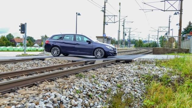 Auf dem Bahnübergang haben sich schon einige tiefergelegte Autos die Ölwanne ruiniert (Bild: Scharinger Daniel)