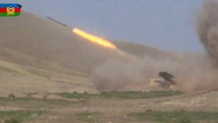 Dieses Bild vom aserbaidschanischen Verteidigungsministerium zeigt Artillerie-Angriffe auf armenische Separatisten in der Unruheregion Berg-Karabach. (Bild: APA/AFP/Azerbaijani Defence Ministry/Handout)