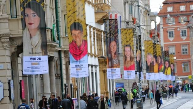 28 EU-Bürgerinnen auf Fahnen in der Herrengasse (Bild: Christian Jauschowetz)
