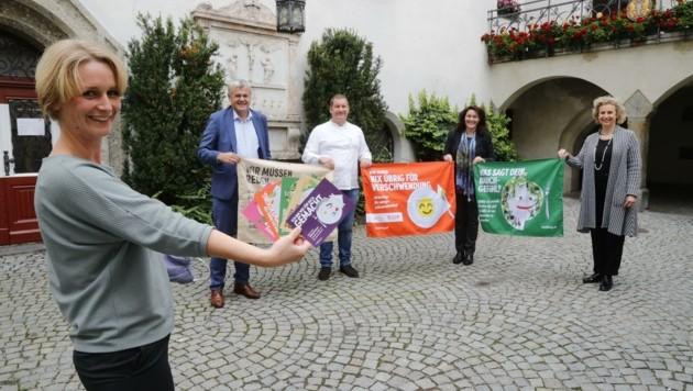 Christine Ehrenhuber, Hubert Innerebner, Martin Burger, Ingrid Felipe und BM Eva Maria Posch machen auf die Lebensmittel-Verschwendung aufmerksam. (Bild: Birbaumer Christof)