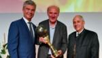 Energie-AG-Generaldirektor Steinecker (l.) und Neumann (r.) gratulierten Josef Zotter 2018. (Bild: Harald Dostal)