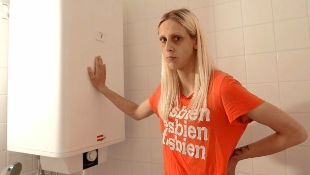 Mutter Janine Skacel vor dem E-Boiler im Bad (Bild: Gerhard Bartel)