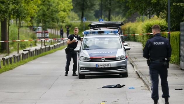 Polizisten nahe des Tatortes in Salzburg-Leopoldskron (Bild: Tschepp Markus)