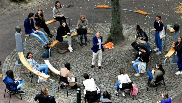 Eine Vorlesung im Freien in der Stadt Middelburg (Bild: APA/AFP/JOHN THYS)