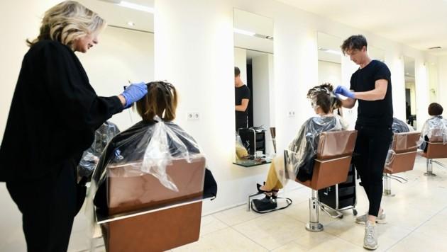 Schutzmasken sind bei Friseuren weiterhin keine Pflicht. (Bild: APA/AFP/ANP/Piroschka VAN DE WOUW)