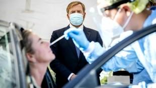 Der niederländische König Willem-Alexander während eines Besuchs in einem Testzentrum Leiderdorp (Bild: APA/AFP/ANP/Remko de Waal)