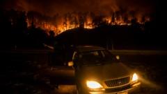 Bei den seit Sonntag in Kalifornien wütenden Waldbränden sind bisher mindestens drei Menschen ums Leben gekommen. (Bild: AFP)