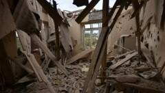 Ein zerstörtes Haus in der umkämpften Region Berg-Karabach (Bild: AFP)