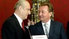 Der damalige Bundespräsident Thomas Klestil verlieh Nettig (re.) den Berufstitel Professor. (Bild: APA/GUENTER R. ARTINGER)