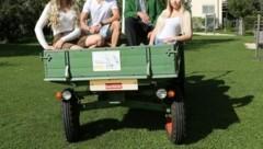 Da schau her! Die Steirer Denise Magnes, Julia Lenz und Michael Weger schafften den Sprung in den Jungbauernkalender von Franz Tonner. (Bild: Arthur Mallaschitz)