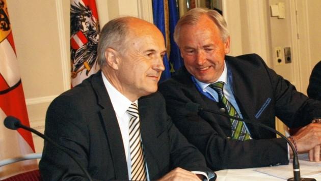 Dieses Foto aus den Verhandlungen im Jahr 2011 zeichnet ein Bild der Vertrautheit, die es aber zwischen Dörfler und Inzko nie wirklich gab. Auch jetzt reagiert der Ex-LH mit scharfen Worten auf den Vorstoß des Slowenenfunktionärs. (Bild: Uta Rojsek-Wiedergut)