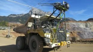 Künftig sollen im Tagbaugebiet am Erzberg die schweren Lkw durch Oberleitungen betrieben werden. (Bild: APA/VA ERZBERG GMBH)