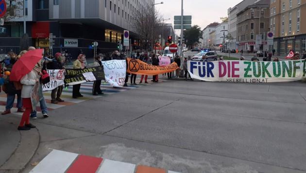 """Aktivisten von Extinction Rebellion haben am Dienstag im Rahmen der """"Aktion Bienenschwarm"""" u.a. Fahrspuren am Neubaugürtel blockiert. (Bild: APA/NICOLAS PLEASURE GALANI)"""
