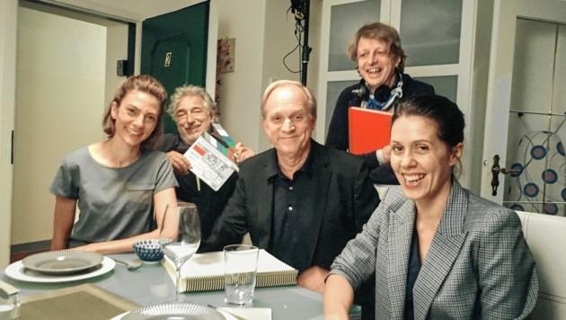 Spaß bei den Dreharbeiten: Laura de Boer, Wolfgang Thaler, Ulrich Tukur, Regisseur Michael Sturminger und Daniela Golpashin (v.l.) (Bild: ORF)