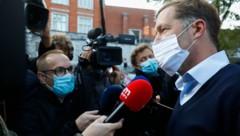 """Paul Magnette spricht mit den Medien vor einem Treffen mit dem belgischen König, in dem es um die """"Vivaldi""""-Koalition geht. Er könnte der neue Premierminister werden. (Bild: AFP)"""
