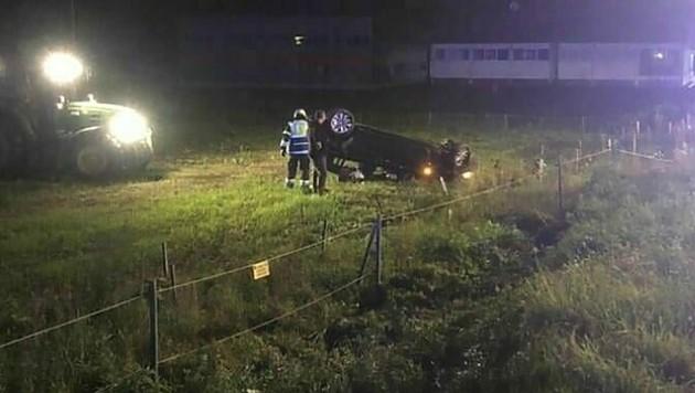 Das Auto flog durch die Luft und landete auf dem Dach. (Bild: FF Wolfsberg)