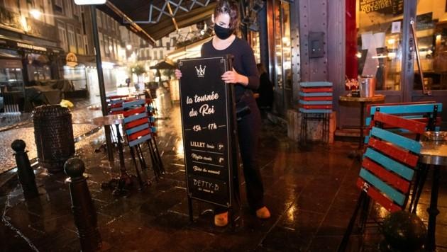 Ein Restaurant in der belgischen Hauptstadt Brüssel bereitet sich auf die vorzeitige Nachtruhe vor. (Bild: AFP)