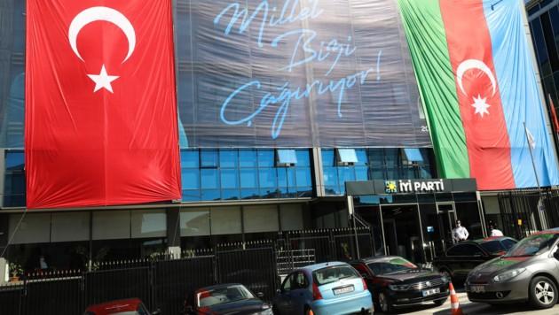 Am Mittwoch brachte die türkische Oppositionspartei IYI mit dem Hissen beider Fahnen ihre Verbundenheit zu Aserbaidschan zum Ausdruck. (Bild: AFP)