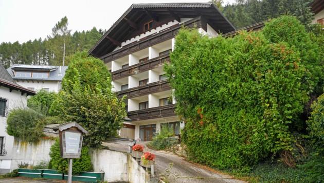 Der Verkauf dieser Pension sorgt in Gmunden bereits für große Aufregung. Einer Immobilien-Firma wird eine üble Abzocke der 84-jährigen Besitzerin vorgeworfen. (Bild: Klemens Fellner)