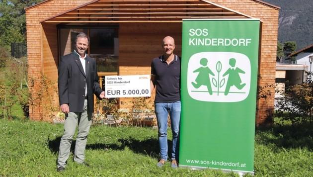 Stihl-Marketingleiter Wolfgang Simmer (li.) überreichte den Scheck an SOS-Kinderdorfleiter Jörg Schmidt in Imst. (Bild: STIHL Tirol)