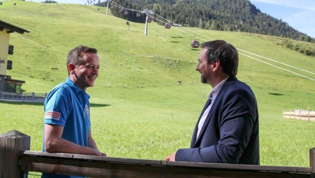 Guter Dinge: Saalbachs Bürgermeister Hasenauer (li.) und WM-Generalsekretär Peter Hartl im Zielbereich der WM-Strecke am Zwölferkogel. (Bild: Tröster Andreas)