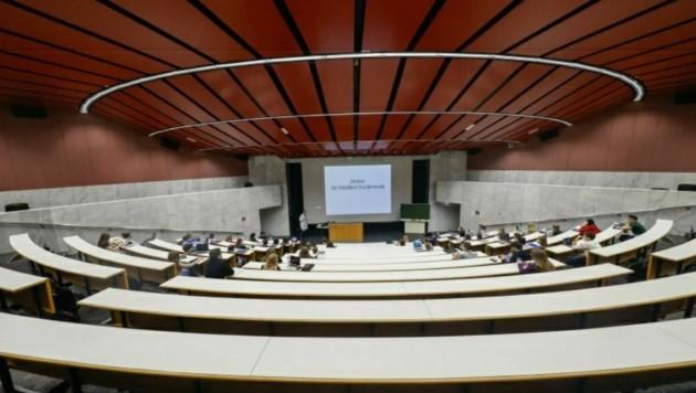 Statt 320 Studenten saßen am ersten Uni-Tag nur 50 Studis im größten Hörsaal an der Nawi. (Bild: Markus Tschepp)
