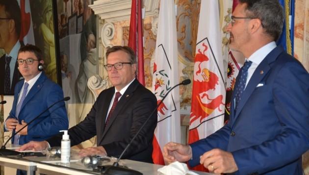 Das konforme Triumvirat: LH Maurizio Fugatti (Trentino), LH Günther Platter (Tirol) und LH Arno Kompatscher (Südtirol) (v.l.) (Bild: Hubert Daum)