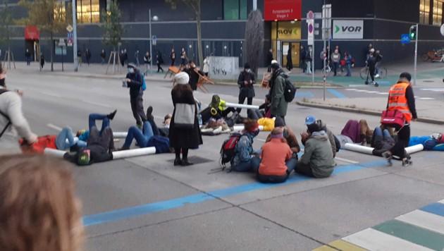 """Aktivisten von Extinction Rebellion im Rahmen der """"Aktion Bienenschwarm"""" am Dienstag in Wien (Archivbild) (Bild: APA/NICOLAS PLEASURE GALANI)"""