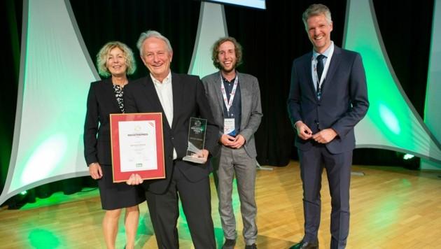 Gerhard Woerle (2.v.li) wurde für sein Lebenswerk mit dem Österreichischen Industriepreis ausgezeichnet. Im Bild mit Gattin Elisabeth Woerle, Sohn Gerrit Woerle sowie REGAL-Geschäftsführer Roland Pirker. (Bild: REGAL/@www.f-stop.at)