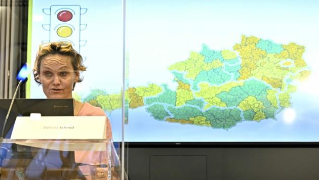 So klein und so orange: das Gailtal auf der Karte hinter AGES-Epidemiologin Daniela Schmid (Bild: APA/Hans Punz)