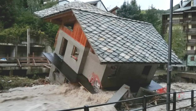 Dieses kleine Haus nahe Vercelli stürzte teilweise aufgrund der Überflutung ein. (Bild: AFP )