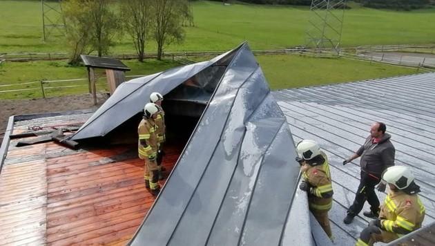 In Bruck deckte der Föhn ein Hausdach ab. (Bild: FF Bruck)