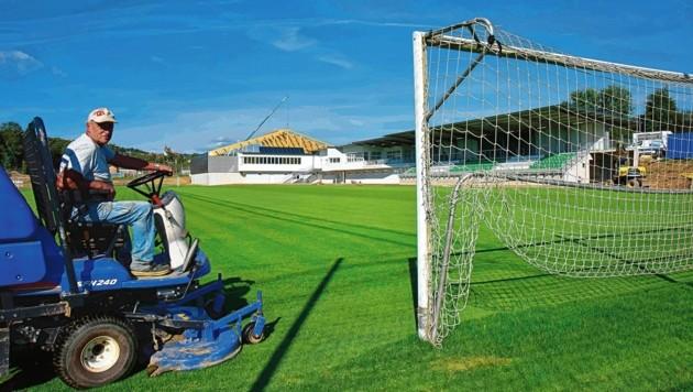 Die Tribünen im neuen Stadion von Pinggau-Friedberg stehen, im Hintergrund wird noch an der Tennishalle gebaut. (Bild: Foto Ricardo, Richard Heintz 8010)
