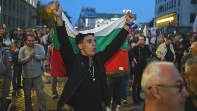 Dieser Bulgare hält die Nationalflagge bei seinem Protest gegen die Regierung hoch. (Bild: AFP )