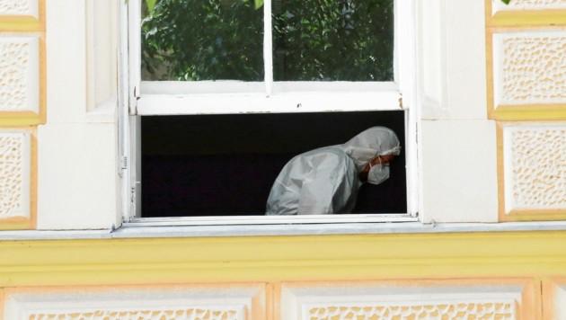 Die Polizeiinspektion Schmiedgasse in Graz wird nach einem Corona-Fall desinfiziert (Bild: Christian Jauschowetz)