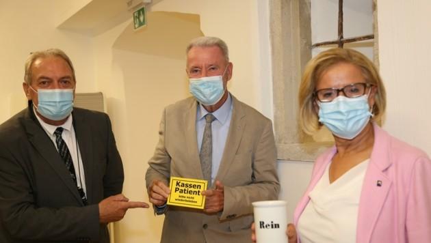 """Landeshauptfrau Johanna Mikl-Leitner sowie Bürgermeister Klaus Schneeberger wünschten Dr. Michael Wehrl (links) viel """"Glück und Gesundheit"""". (Bild: Horvath Helmut)"""