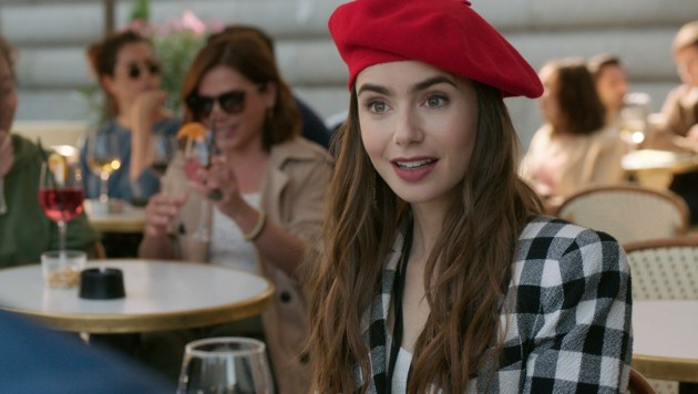 "Lily Collins in ""Emily in Paris"" (Bild: © 2020 Netflix, Inc.)"