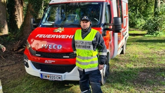 """Feuerwehrkommandant Oliver Class lobt seine Männer: """"Sie standen fast 24 Stunden lang im Einsatz."""" Dächer wurden abgedeckt, zwei Fahrzeuge gerieten ins Wasser. (Bild: Schulter Christian)"""