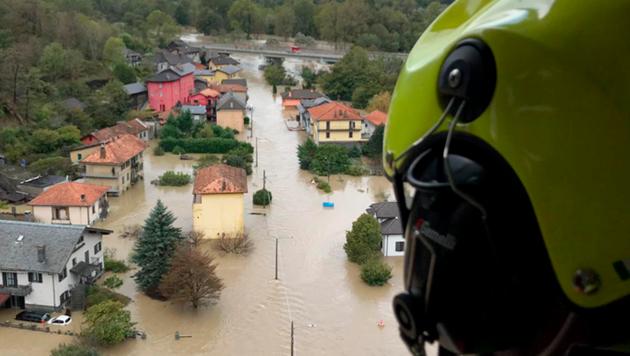 Ein italienischer Feuerwehrmann blickt auf eine verwüstete Ortschaft in der Region Piedmont. (Bild: Vigili del Fuoco)