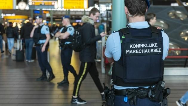 Militärpolizei am Flughafen Schiphol (Bild: AFP)