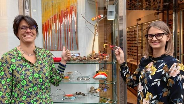 Ines und Kerstin haben in ihrem Optikgeschäft die Schaufenster abstrakt geschmückt. (Bild: Tragner Christian)