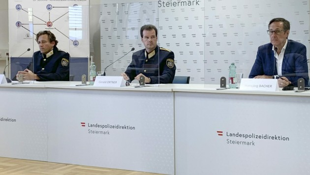 Chefinspektor Thomas Huber von der Fremdenpolizei, Polizeidirektor Gerald Ortner und der Sprecher der Staatsanwaltschaft Graz, Hansjörg Bacher, am Dienstag bei der Pressekonferenz nach dem erfolgreichen Schlag gegen die organisierte Kriminalität (Bild: APA/Ingrid Kornberger)